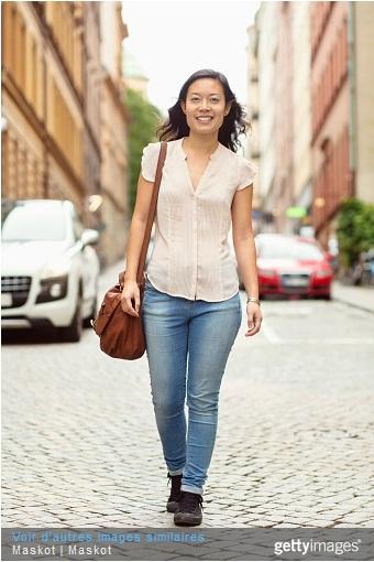 femme souriante dans la rue