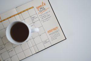 Le weekly plan d'un bullet journal avec du jaune