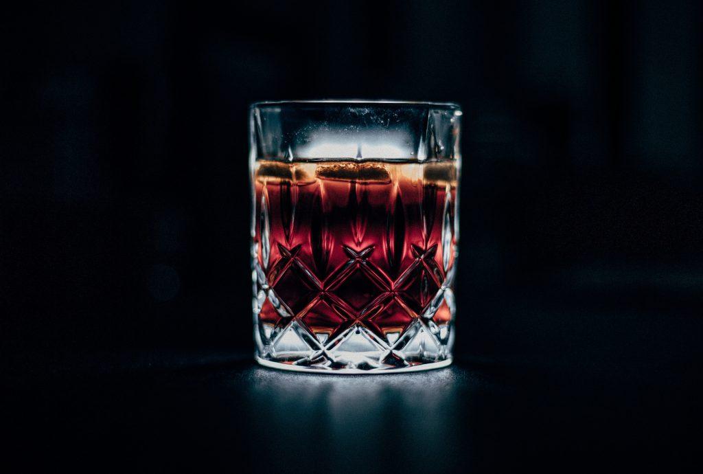 Verre à whisky sur fond noir
