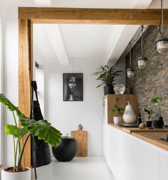 cuisine blanc et bois sur un seul pan de mur